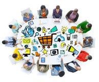 Verschiedenartigkeits-Leute-Online-Marketings-Konferenz-Sitzungs-Konzept Lizenzfreie Stockfotos