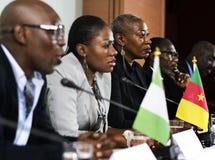 Verschiedenartigkeits-Leute stellen Partnerschaft der Internationalen Konferenz dar stockfotos