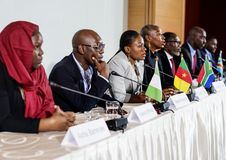 Verschiedenartigkeits-Leute stellen Partnerschaft der Internationalen Konferenz dar stockbilder