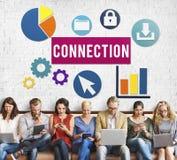 Verschiedenartigkeits-Leute-Verbindungs-Digital-Geräte, die Konzept grasen lizenzfreie stockfotos