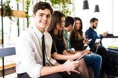 Verschiedenartigkeits-Leute-Verbindungs-Digital-Geräte, die Konzept grasen freunde Fokus auf erstem Mann lizenzfreies stockbild