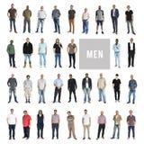 Verschiedenartigkeits-Männer eingestellte Geste, die zusammen das Studio lokalisiert steht stockfotografie