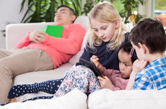 Verschiedenartigkeitsfamilie während der Freizeit lizenzfreie stockfotos