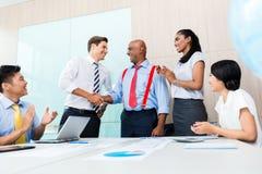 Verschiedenartigkeitsgeschäftsteam, das Hände rüttelt Stockbilder