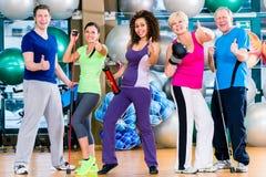 Verschiedenartigkeitsgruppe in der Turnhalle, die Sport im gymnastischen Training tut Lizenzfreie Stockfotografie