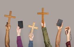 Verschiedenartigkeitshände, die christliche Symbole halten lizenzfreie stockfotos