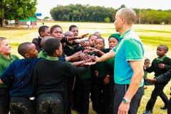 Verschiedene afrikanische Schüler der Grundschule, die Pint-Lektion der körperlichen Bewegung tun stockbilder