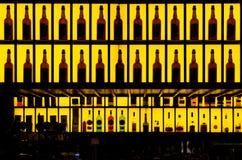 Verschiedene Alkoholflaschen in einer Bar stockbild
