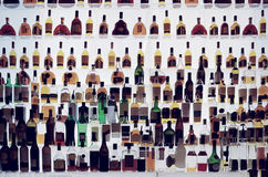 Verschiedene Alkoholflaschen in einer Bar, getont lizenzfreie stockfotos
