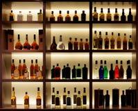 Verschiedene Alkoholflaschen in einer Bar, Rücklicht, Logos entfernt stockfotografie