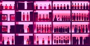 Verschiedene Alkoholflaschen in einer Bar, Rücklicht, Logos entfernt, Tonne stockbild