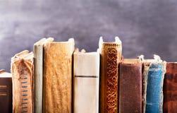 Verschiedene alte Bücher auf einem Regal Lizenzfreie Stockfotos
