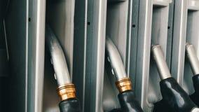 Verschiedene alte Brennstoffaufnahmepistolen für strömenden Benzinfall in der Reihe an der Tankstelle Benzin- oder Tankstellegasb stock video footage