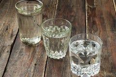 Verschiedene alte facettierte Gläser mit Wasser stockbild