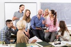 Verschiedene Altersstudenten während des Bruches lizenzfreies stockfoto
