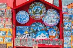 Verschiedene Andenken mit Bildern von Marksteinen von Veliky Novgorod, Russland - Andenkenhandel im Freilicht Stockfotos