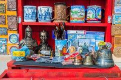 Verschiedene Andenken mit Bildern von Marksteinen von Veliky Novgorod, Russland - Andenkenhandel im Freilicht Stockfoto