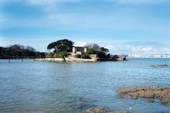 Verschiedene Ansichten eines mittelalterlichen Schlosses, nahe dem Strand und schließen an Stockbilder