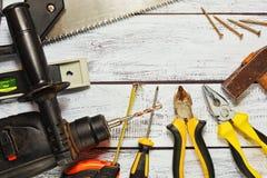 Verschiedene Arbeitsgeräte auf hölzernem Hintergrund Stockbilder