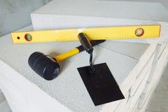 Verschiedene Arbeitsgeräte am Bauarbeitsplatz Stockfotografie