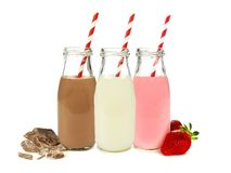 Verschiedene Aromen von Milch in den Flaschen lizenzfreies stockbild