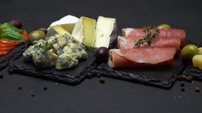 Verschiedene Art der italienischen Mahlzeit oder des Snacks - Käse, Wurst, Oliven und Parma stock video