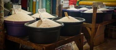 Verschiedene Art des Reises im Plastikeimer verkaufte im traditionellen Markt in Jakarta Indonesien stockbild
