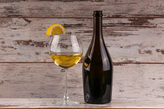 Verschiedene Art des Weins, der Trauben und zwei Gläser des Weißweins Stockfoto