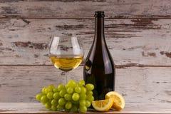 Verschiedene Art des Weins, der Trauben und zwei Gläser des Weißweins Stockfotografie