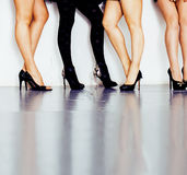 Verschiedene Art Paar von Frauenbeinen in der Höhe folgt schwarzen Schuhen auf weißem Hintergrund und Boden, Verschiedenartigkeit lizenzfreie stockfotos