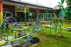 Verschiedene Art Spielwaren Anlagen von den am Kinderspielplatz Foto eingelassenes Bogor Indonesien lizenzfreies stockfoto