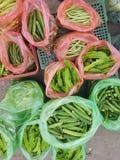 Verschiedene Art von Bohnen am Markt stockbild
