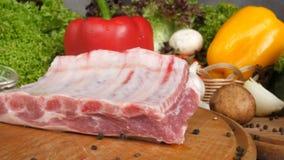Verschiedene Arten der Fleischlüge auf hölzernen Brettern auf dem Hintergrund des Gemüses des Kopfsalates verlässt Rindfleischfle stock video footage
