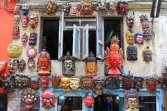 Verschiedene Arten der hölzernen Maske hängend an der externen Wand in Kathm Lizenzfreies Stockfoto