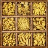 Verschiedene Arten der italienischen Teigwaren Lizenzfreie Stockfotos