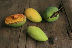 Verschiedene Arten der Mangofrüchte auf dem hölzernen Vorstand Lizenzfreies Stockbild