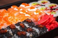 Verschiedene Arten der Nahaufnahme der Sushi und des roten Ingwers lizenzfreie stockfotos