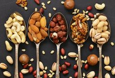 Verschiedene Arten der nuts Zeder, Acajoubaum, Haselnüsse, Walnüsse Lizenzfreie Stockfotografie