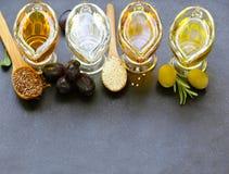 Verschiedene Arten des öl- Gemüseindischen Sesams, Olive, Leinsamen stockfotos