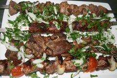Verschiedene Arten des Bratenfleisches auf einer dienenden Platte mit Zwiebel und Petersilie lizenzfreies stockfoto