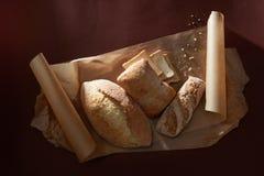 Verschiedene Arten des Brotes auf Hintergrund Stockfotografie