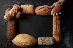 Verschiedene Arten des Brotes auf Hintergrund Stockfoto