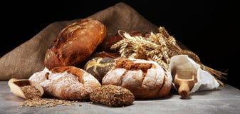 Verschiedene Arten des Brotes und der Brötchen an Bord von oben Ki stockbild