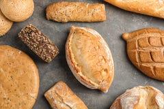 Verschiedene Arten des frischen Brotes auf grauer Tabelle lizenzfreies stockbild
