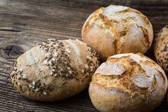 Verschiedene Arten des frischen Brotes auf Holztisch Stockfotografie