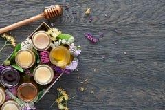 Verschiedene Arten des Honigs in einem Kasten Stockbilder