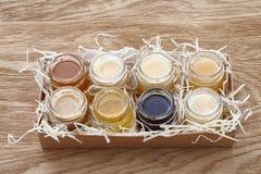 Verschiedene Arten des Honigs in einem Kasten Lizenzfreies Stockfoto