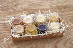 Verschiedene Arten des Honigs in einem Kasten Lizenzfreie Stockfotos