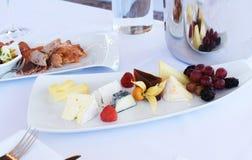 Verschiedene Arten des Käses auf einem hölzernen Hintergrund Stockbilder