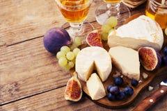 Verschiedene Arten des Käses auf einem hölzernen Hintergrund Stockfotos